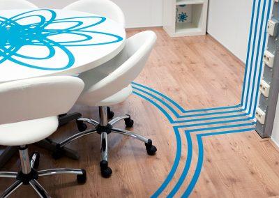kantoorontwerp vergaderruimte blauw wit lijnen vloer muur