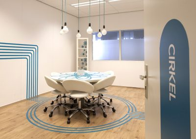 ruimte cirkel blauw ronde witte tafel hanglampjes snoeren