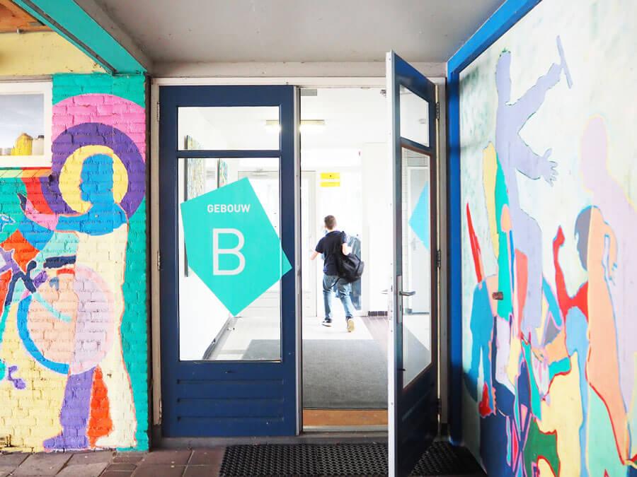 entree-schoolgebouw-kleurrijk-INinterieurs