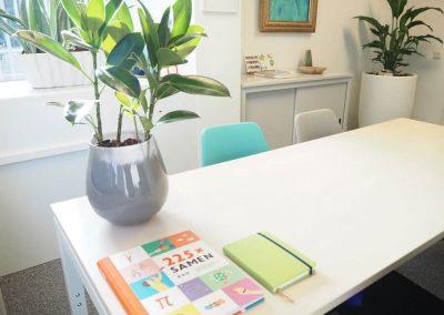 kantoor-directrice-school-kleurrijk-eenvoudig-doch-persoonlijk-met-kleur-en-aandacht-