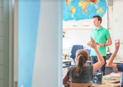 lichtblauw-kleurvlak-aardrijkskunde-klas-schoolinrichting-by-INinterieurs