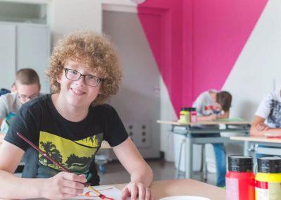 magenta-kleurvlak-tekenlokaal-leerling-schilderen-schoolinrichting-by-INinterieurs