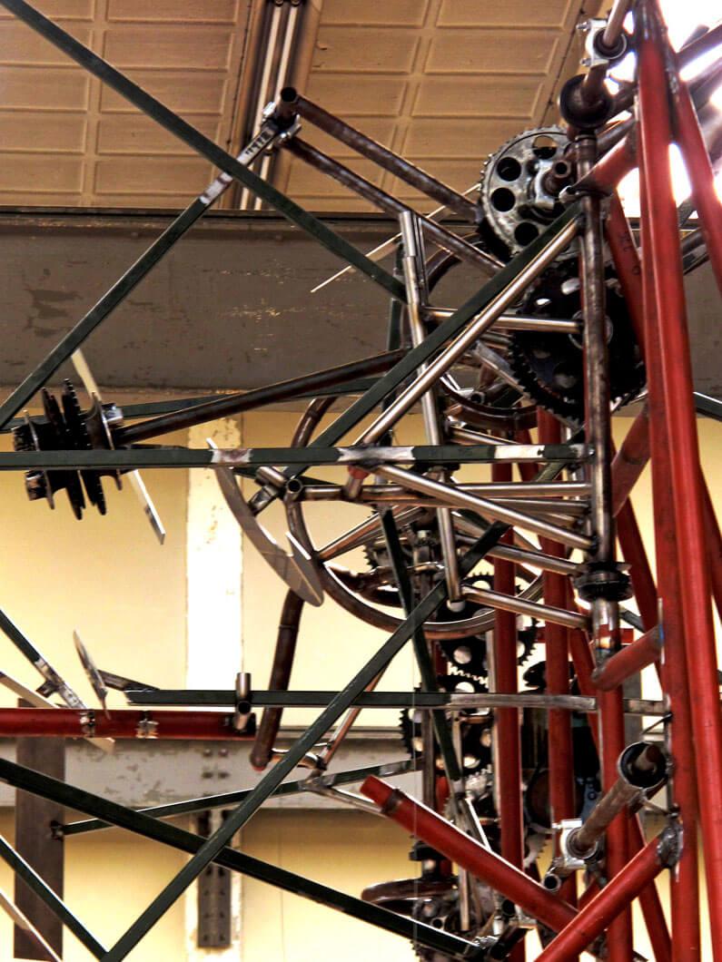 machinekamer-merkbeleving-bavaria-branding-kinetisch-sculptuur-bavariabier-machine-machineonderdelen-mechanisch-portrait-concept-by-INinterieurs-795x1060