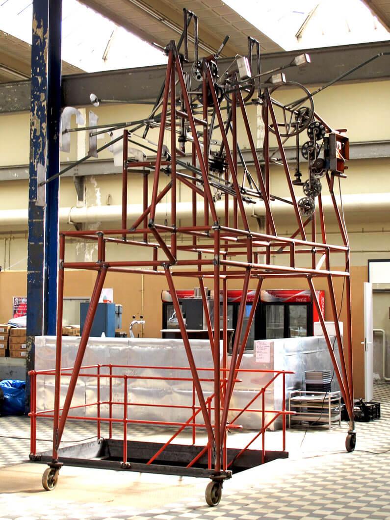 machinekamer-merkbeleving-bavaria-branding-kinetisch-sculptuur-bavariabier-machine-zijaanzicht-rode-buizen-portrait-concept-by-INinterieurs-795x1060