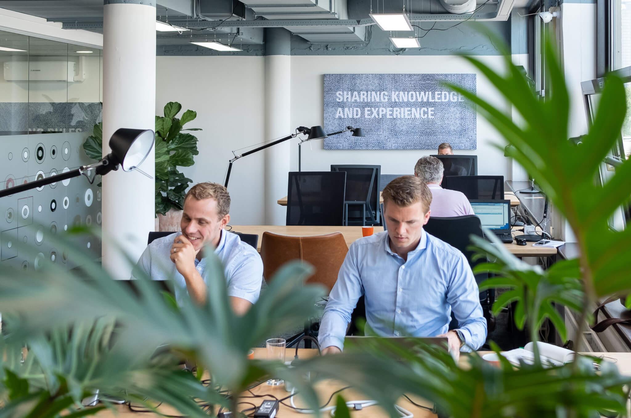 kantoorinrichting, uitstraling werkplek, kantoorbedrijfsinrichting werkomgeving renovatie Finext in Den Haag