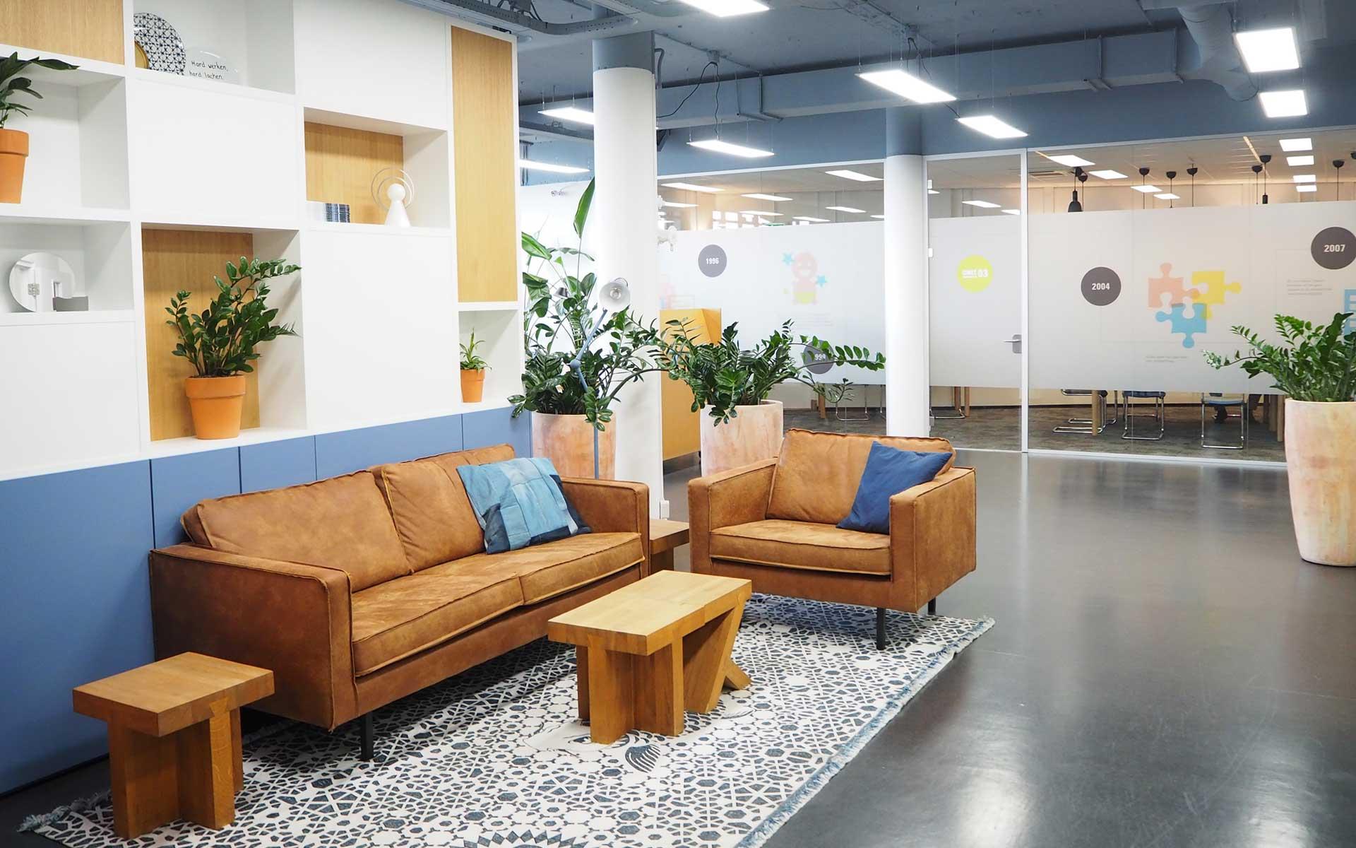 bedrijfsinrichting-loungehoek-zithoek-stoere-bank